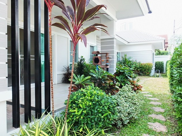 House for sale WongAmat Pattaya showing the covered terrace and garden