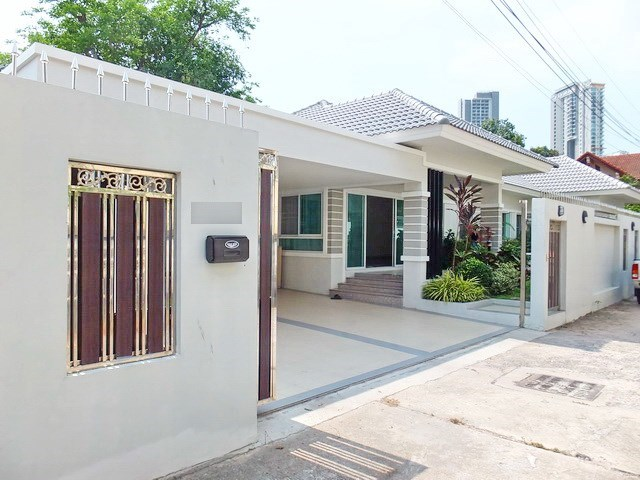 House for sale WongAmat Pattaya showing the house and carport