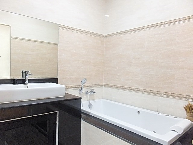 House for sale WongAmat Pattaya showing the master bath bathroom with bathtub