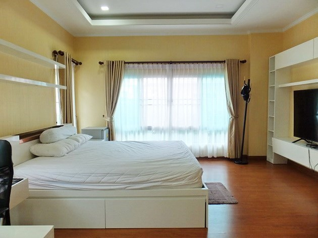House for sale WongAmat Pattaya showing the master bedroom with bedroom furniture