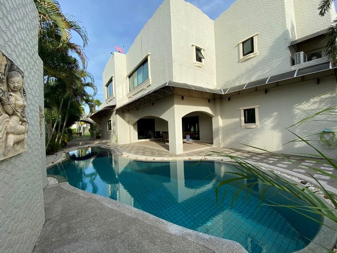 House for sale East Pattaya showing the pool and covered terrace