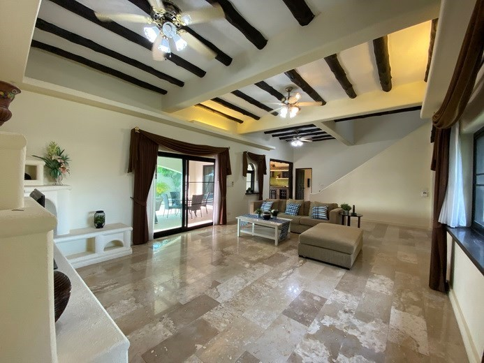 House for sale East Pattaya showing the main living room