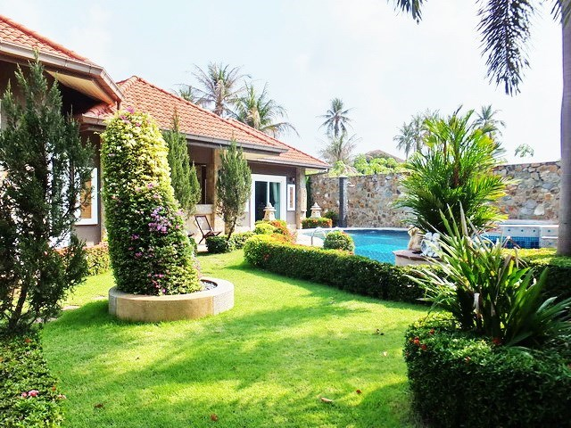 House for sale Nongpalai Pattaya showing the garden