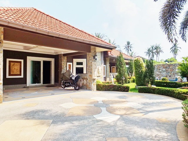 House for sale Nongpalai Pattaya showing the house and carport