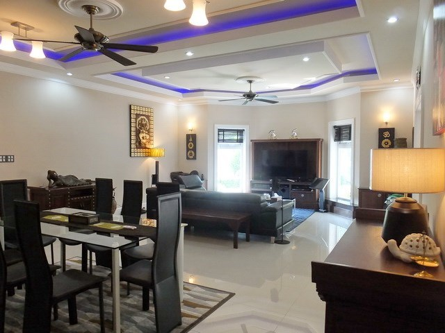 House for sale Nongpalai Pattaya showing the dining and living areas