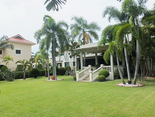 House for sale Pattaya showing the garden and pavilion sala