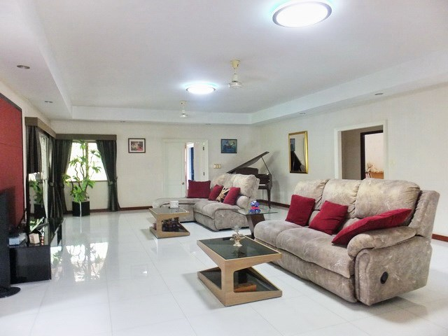 Resort for sale Huay Yai Pattaya showing the living room house 1