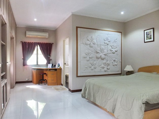 Resort for sale Huay Yai Pattaya showing the master bedroom house 1