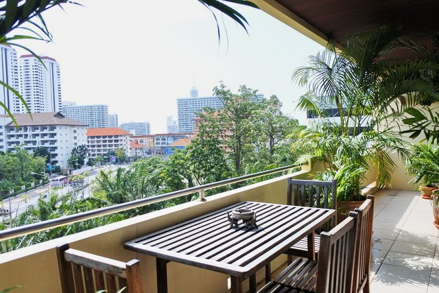 Condominium for rent Jomtien showing the balcony and view