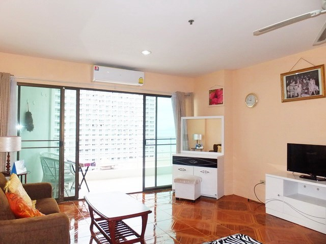 Condominium for rent Jomtien Pattaya showing the living area
