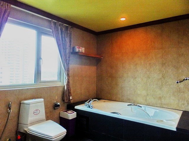 Condominium for rent Wongamat Pattaya showing the master bathroom with bathtub