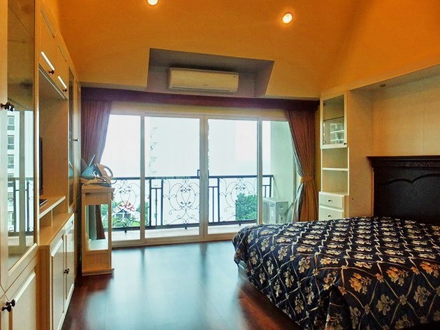 Condominium for rent Wongamat Pattaya showing the master bedroom with balcony