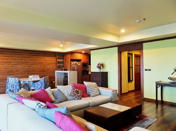 Condominium for rent Wongamat Pattaya showing the living, dining and kitchen areas