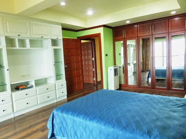 Condominium for rent Wongamat Pattaya showing the second bedroom with wardrobes