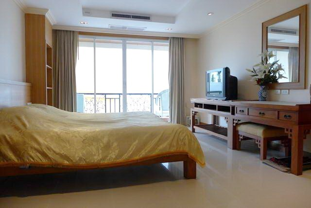 Condominium for rent in Pattaya showing the bedroom and balcony