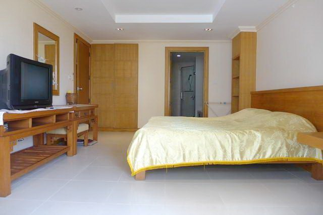 Condominium for rent in Pattaya showing the bedroom en-suit