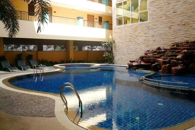 Condominium for rent in Pattaya showing the communal pool