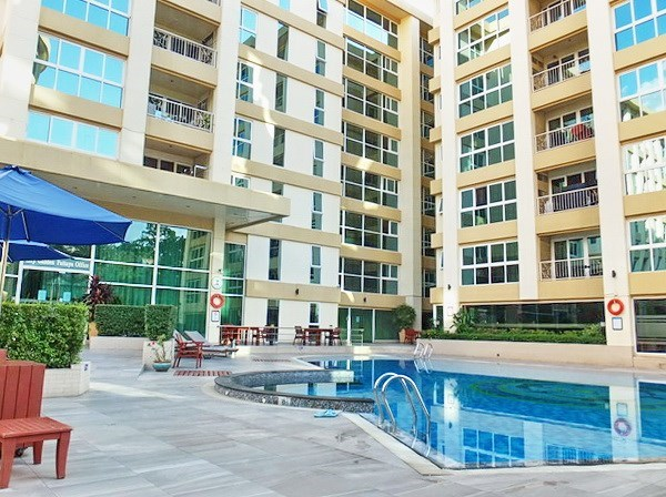 Condominium for Rent Central Pattaya showing the buildings and pool