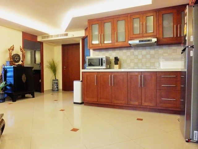 Condominium for Rent Central Pattaya showing the kitchen and second bathroom