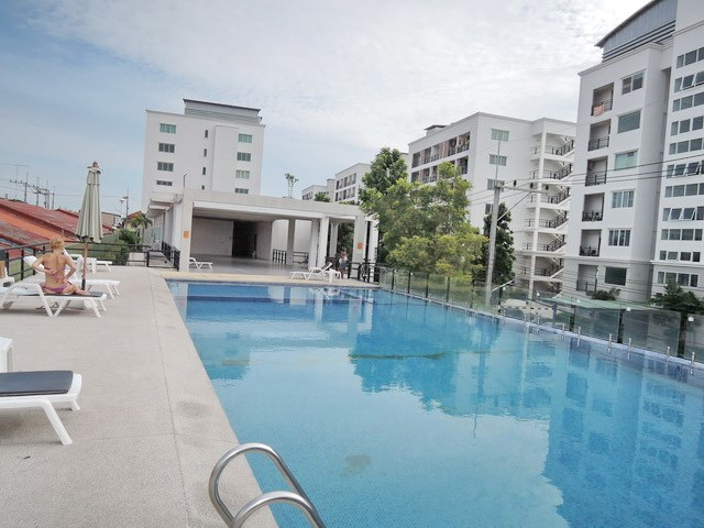 Condominium for rent East Pattaya showing the communal pool
