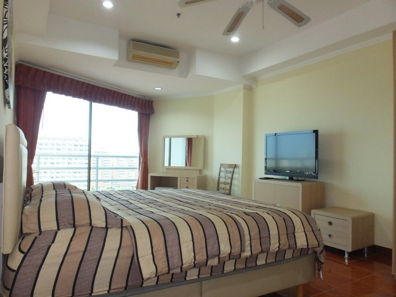 Condominium for rent Jomtien showing themaster bedroom and balcony