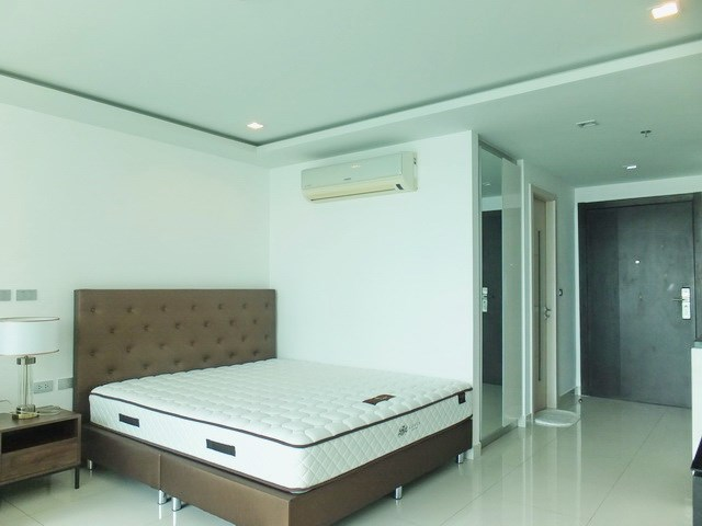 Condominium for rent Wong Amat Tower showing the sleeping area with built-in wardrobes