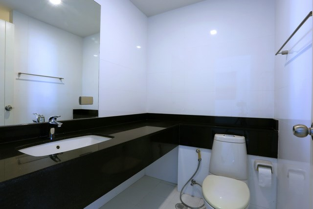 Condominium For Rent Pattaya showing the second bathroom