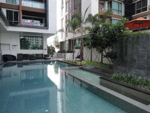 Condominium For Rent Pattaya showing the communal swimming pool