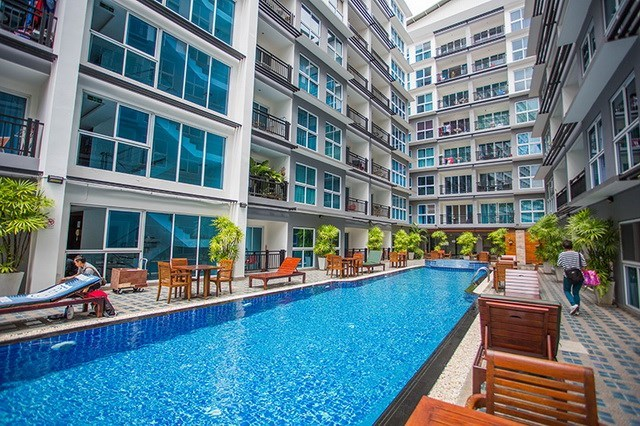 Condominium for rent Pattaya showing the pool and buildings