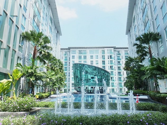 Condominium for rent Central Pattaya showing the communal pool and buildings