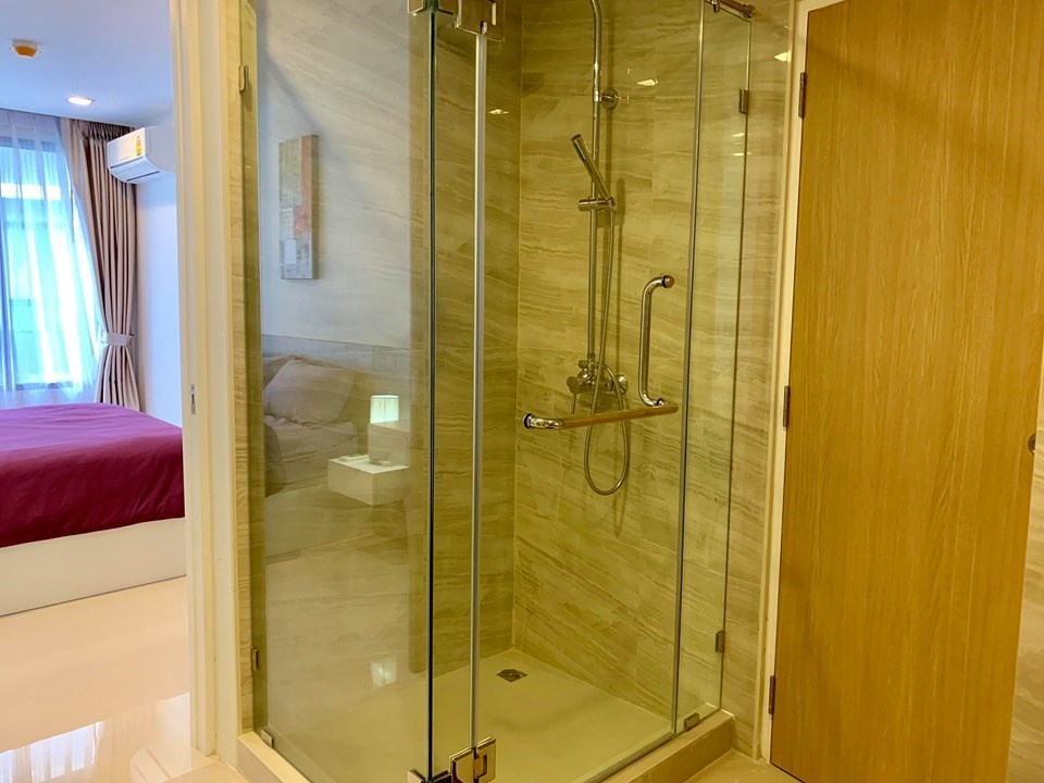 Condominium for rent Pattaya showing the bathroom with shower cubical