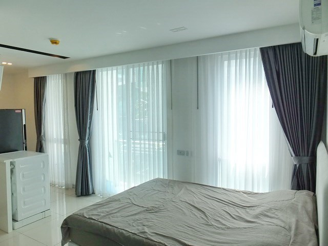 Condominium for rent Central Pattaya showing the sleeping area and balcony