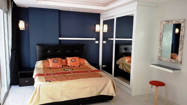 Condominium for rent Pattaya showing the sleeping area and built-in wardrobes