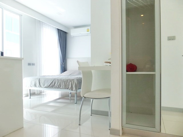 Condominium for rent Central Pattaya showing the studio with built-in wardrobes