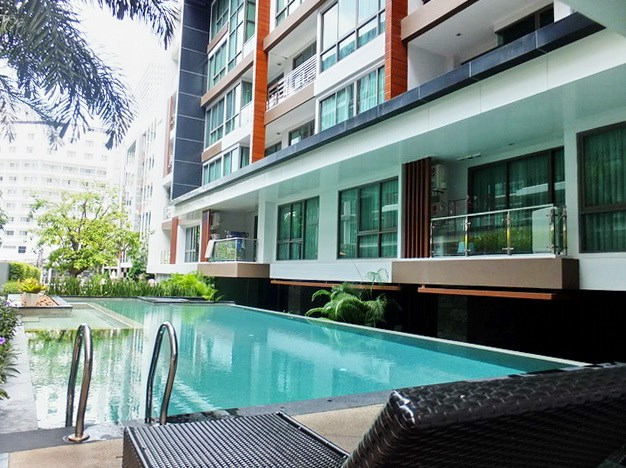 Condominium for Rent Pattaya showing the communal swimming pool and building
