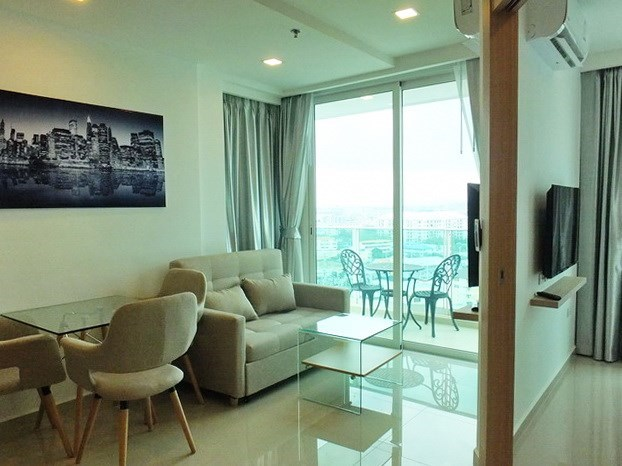 Condominium for rent Pattaya showing the living and dining areas