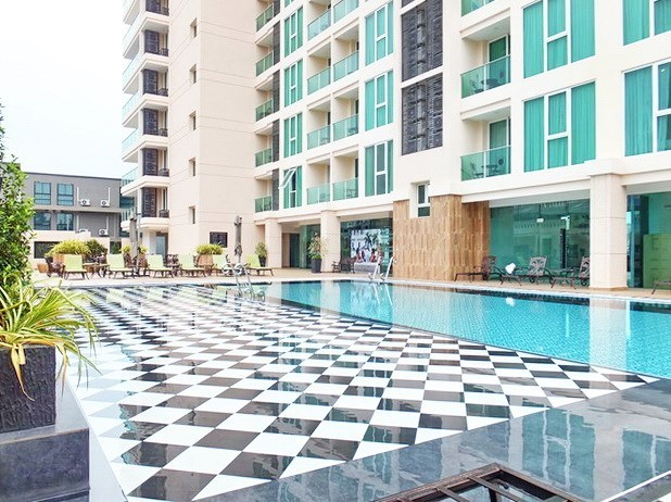 Condominium for rent Pattaya showing the pool and building
