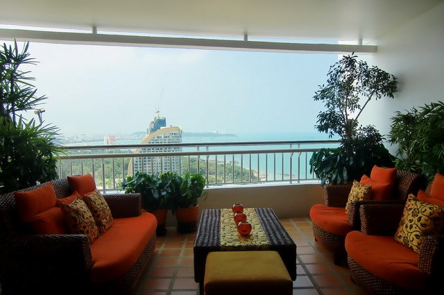 Condominium for rent Wong Amat showing the balcony