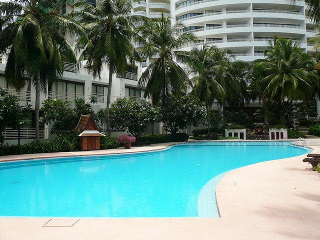 Condominium for rent Wong Amat showing the communal pool