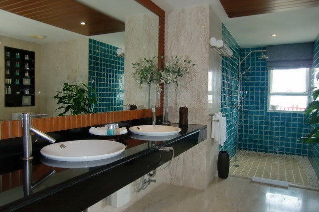 Condominium for rent Wong Amat showing the master bathroom