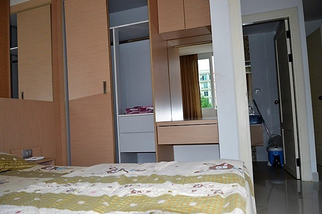 Condominium for sale Jomtien showing the bedroom and built-in wardrobe