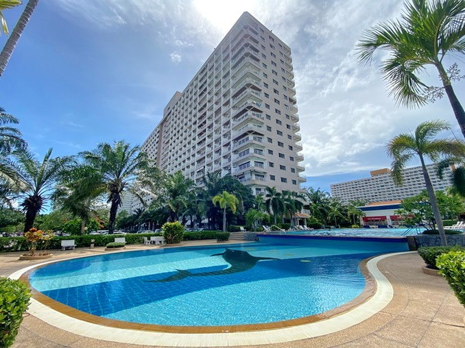 Condominium for Sale Jomtien showing the pool and condo building