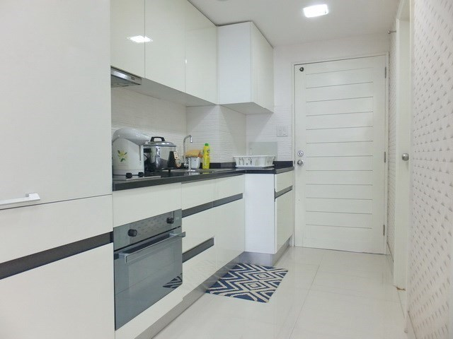 Condominium for sale Jomtien showing the kitchen and entrance