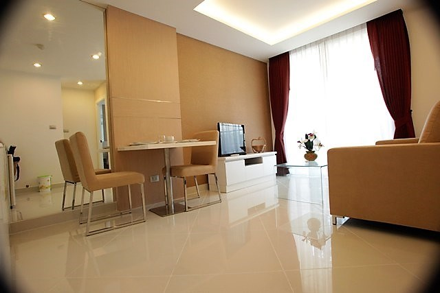 Condominium for sale Jomtien showing the living and dining areas