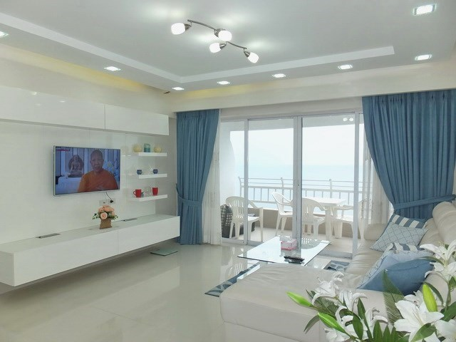 Condominium for sale Jomtien showing the living area and sea view