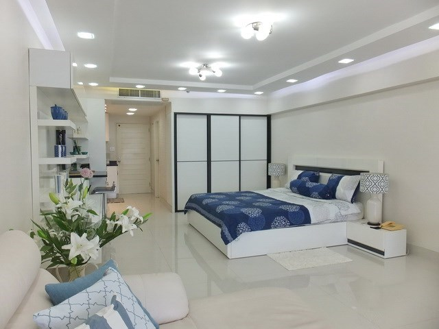 Condominium for sale Jomtien showing the sleeping area and bathroom