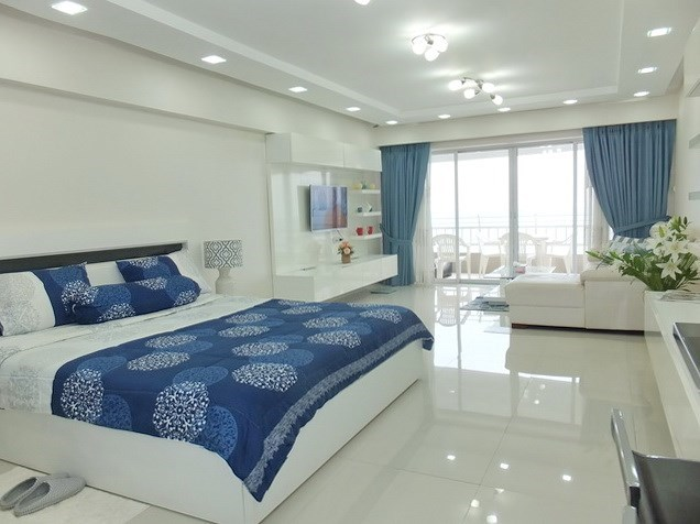 Condominium for sale Jomtien showing the sleeping and living areas