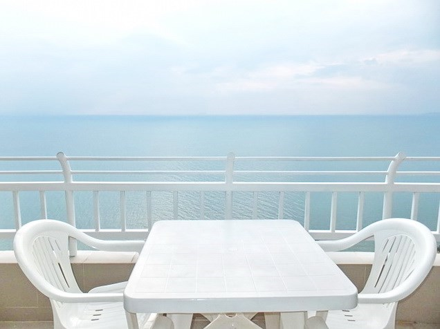 Condominium for sale Jomtien showing the balcony and view