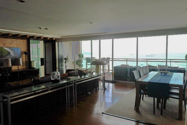 Condominium for sale Pattaya Northshore showing the living and dining areas
