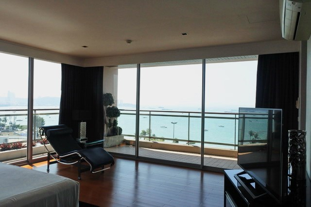Condominium for sale Pattaya Northshore showing the master bedroom and sea view